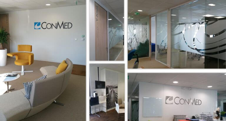 DE BOUCHE A OREILLE - Décoration des bureaux, vitrophanie de confidentialité pour salles de réunion & logos muraux en alu découpé laqué ou brossé pour CONMED.